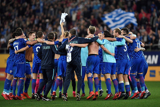 Croatia's players celebrate after winning the World Cup 2018 play-off football match Greece vs Croatia, on November 12, 2017 in Piraeus. / AFP PHOTO / LOUISA GOULIAMAKI