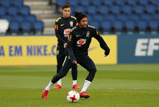 Observado por Coutinho, Neymar toca a bola durante treino da seleção