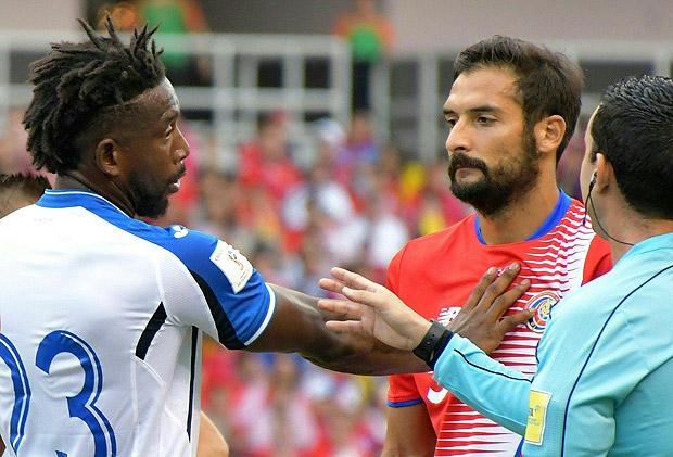 Celso Borges discute com adversário durante jogo das eliminatórias