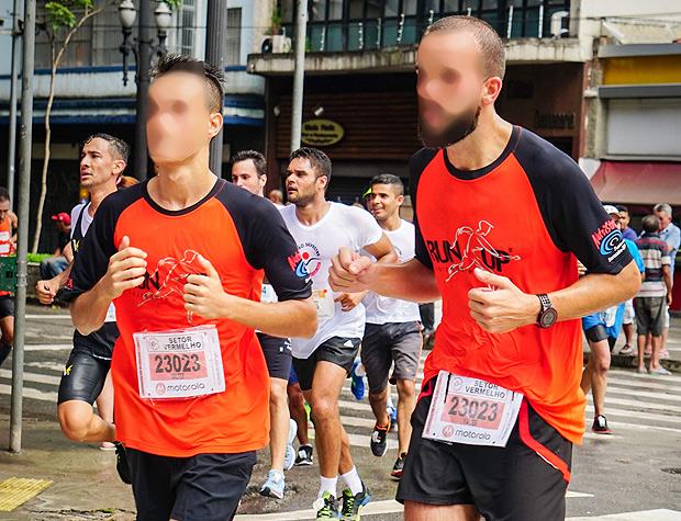 Corredores com números de identificação iguais disputam a São Silvestre com camisa da Run Up