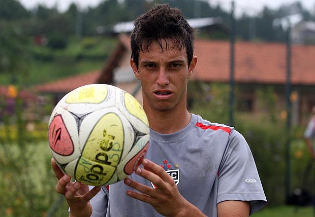 Mirray posa para foto durante treino do São Paulo em 2010