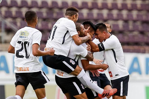 Jogadores do Corinthians comemoram a classificação para a terceira fase da Copa São Paulo