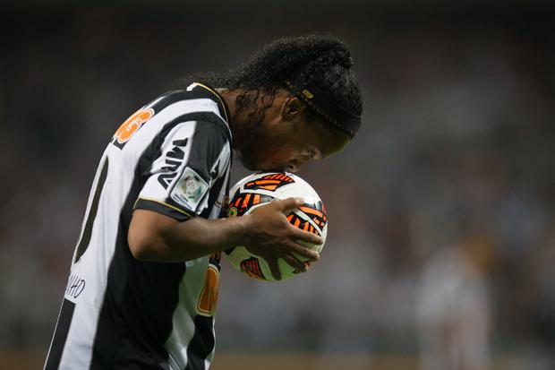 BELO HORIZONTE, MG, BRASIL, 24-07-2013, 22H00, FINAL DA COPA LIBERTADORES 2013, ESPORTES, ATLETICO (BRA) X OLIMPIA (PAR): Ronaldinho (Atletico) beija a bola durante partida disputada no estadio do Mineirao, em Belo Horizonte. (Foto: Ricardo Nogueira/Folhapress) ***exclusivo Folha***