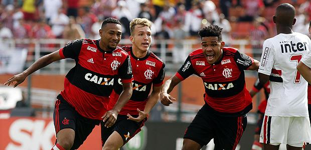 Jogadores do Flamengo comemoram gol do título da Copa SP no Pacaembu