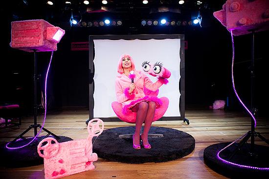 """A atriz Angela Dip na peça infantil """"Penélope, a repórter cor-de-rosa"""""""
