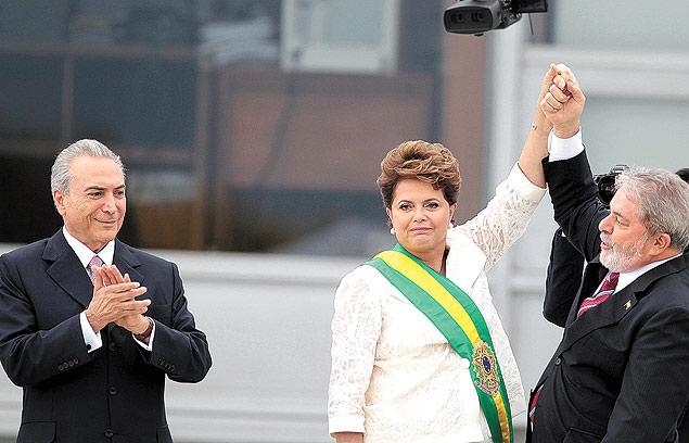 ORG XMIT: AGEN1101011802543095 BRASÕLIA, DF. 01.01.2010. POSSE/DILMA ROUSSEFF - A presidente do Brasil, Dilma Rousseff, recebe a faixa presidencial de Luiz In·cio Lula da Silva durante sua posse no Pal·cio do Planalto. (Foto: Jorge Ara·jo/Folhapress) ORG XMIT: AGEN1101120320434518