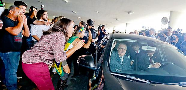 Manifestantes gritam e balançam carro de José Sarney e impedem chegada no Congresso