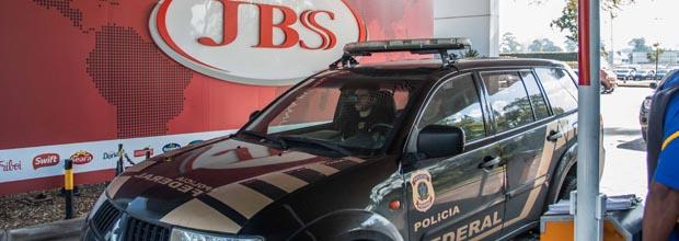 SAO PAULO, SP, BRASIL, 01-07-2016, 12h20: Viaturas da Polícia Federal deixam a sede da empresa JBS, em São Paulo, no fim da manhã desta sexta-feira (01). Movimentação na portaria na sede da JBS (empresa Eldorado que é o alvo) em SP onde Policiais Federais realizam investigação em nova fase da operação Lava Jato. (Foto: Taba Benedicto/Folhapress, COTIDIANO)***EXCLUSIVO FOLHA****