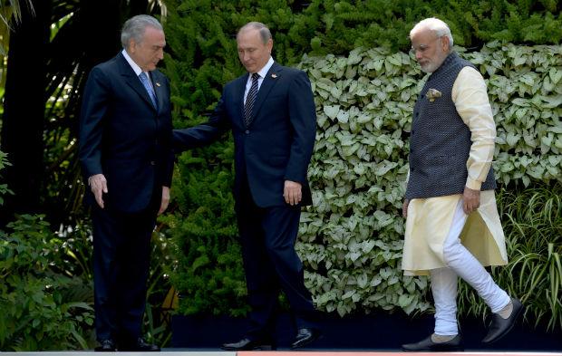 O presidente Michel Temer, o líder russo Vladimir Putin (meio) e o primeiro-ministro indiano, Narendra Modi durante reunião de cúpula dos BRICS em Goa, na Índia