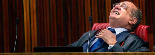 PODER - Brasilia - Quarta sessao do julgamento da cassaçao da chapa Dilma/Temer que acontece no TSE - Tribunal Superior eleitoral. Cenas gerais do lado de fora do plenario. Na foto, o Ministro Gilmar Mendes solta uma gargalhada pouco durante o voto do Ministro Luiz Fux. 09/06/2017 - Foto - Marlene Bergamo/Folhapress - 017 -