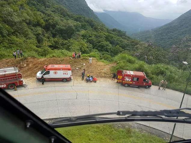Bombeiros organizam resgate de carro que caiu após curva em serra de Santa Catarina