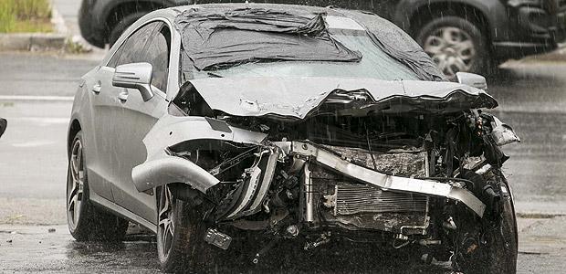 Mercedes fica destruído após acidente na Imigrantes, em São Bernardo; duas pessoas morreram