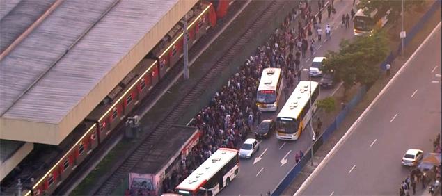 Movimentação de passageiros do lado de fora da estação