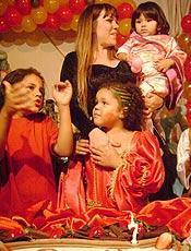 """Simony canta """"Parabéns"""" com os filhos Ryan, Aysha e Pyetra"""