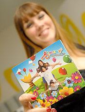 """Simony posa com o disco """"Simony Superfantástica"""", que comemora 25 anos do disco Balão Mágico - SP - 15/06/2008"""