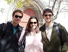 Os atores Sérgio Abreu, Tainá Müller e Diogo Morgado posam durante as gravações em Portugal