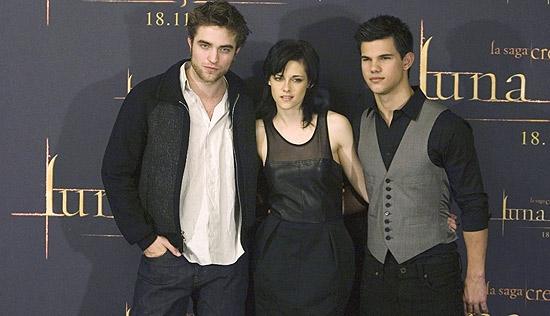 """Robert Pattinson (esq.), Kristen Stewart e Taylor Lautner, de """"Crepúsculo""""; nomes de personagens são os mais populares nos EUA"""