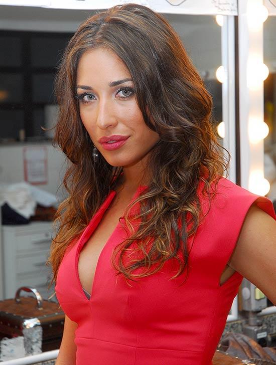 A personagem Bela, vivida por Gisele Itiè, caracterizada como Valentina Carvalho após ter se acidentado na trama