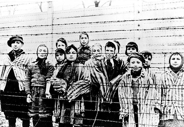 Adolescentes e crianças no campo de concentração de Auschwitz, na Polônia, em 27 de janeiro de 1945