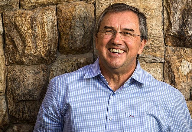 O escritor Laurentino Gomes, autor de '1808' e '1822', sorri para a chegada de '1889