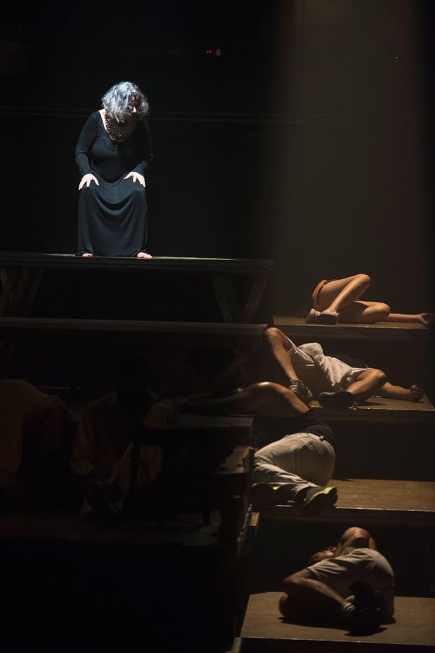 Cena da peça 'Por que Hécuba', dirigida por Marcio Meirelles durante a mostra Vila Verão no Vila Velha
