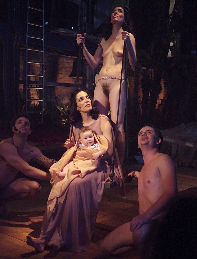 """Sylvia Prado (no centro) em """"Cacilda!!!"""" no Teatro Oficina"""
