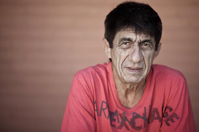 O cantor Fagner posa para foto no jardim de sua casa em Fortaleza, no Ceará, em 2013