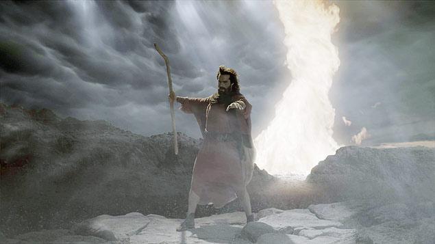 Moisés (Guilherme Winter) encara as águas do mar Vermelho