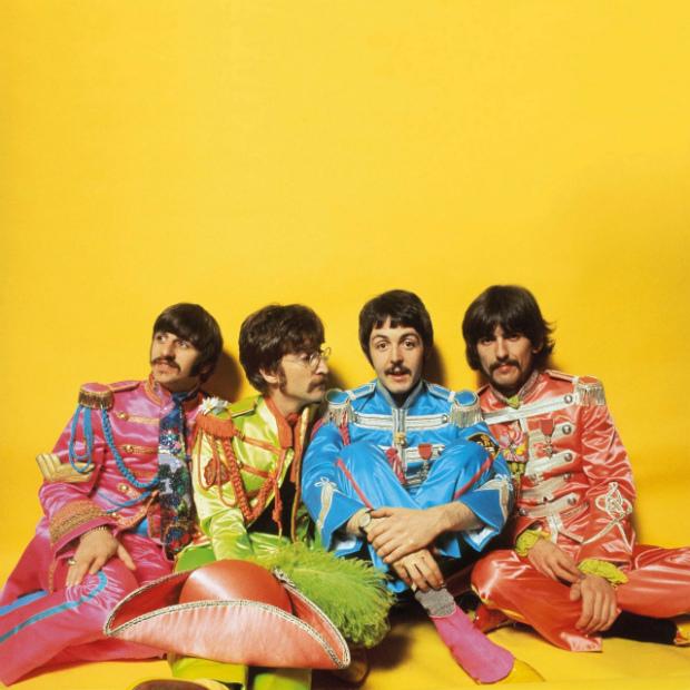 O quarteto de Liverpool em ensaio fotográfico para o encarte lendário disco 'Sgt. Pepper's Lonely Hearts Club Band