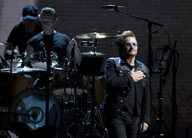 Os membros da banda U2, Bono Vox à frente, em show do início da atual turnê em Vancouver