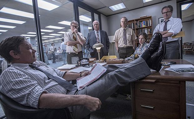 """Ben Bradlee (Tom Hanks), editor do Washington Post (sentado), durante reunião com equipe do jornal, interpretada por David Cross (à esq.), John Rue, Bob Odenkirk, Jessie Mueller e Philip Casnoff no filme """"The Post"""", de Steven Spielberg"""