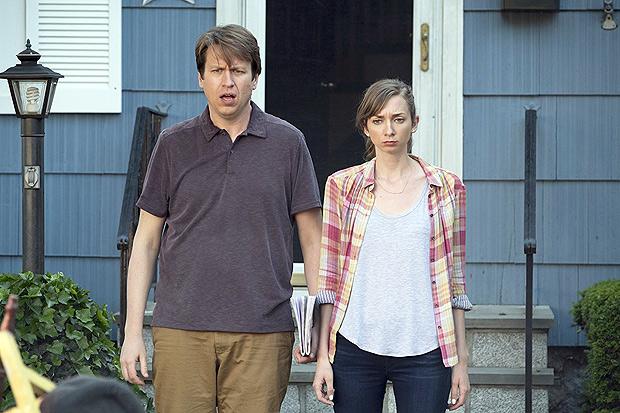 Pete Holmes e Lauren Lapkus em cena da série cômica 'Crashing', cuja segunda temporada está em cartaz na HBO