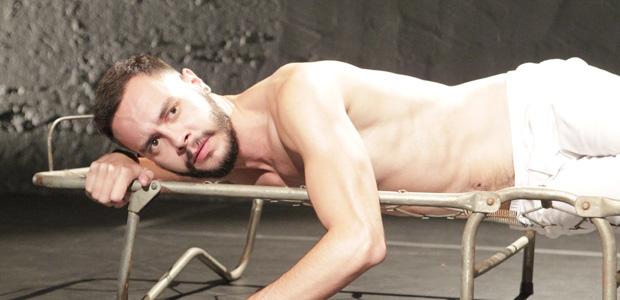 O ator Vitor Placca na peça 'O Desmonte