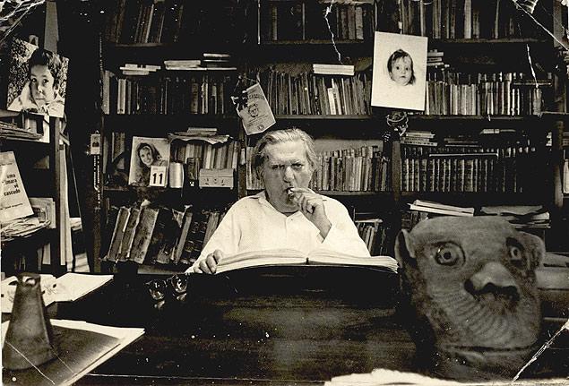Luís da Câmara Cascudo, no início da década de 1970, na biblioteca de sua casa em Natal (RN)