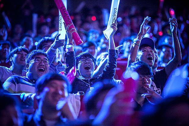 """Torcida no campeonato mundial de """"League of Legends"""", em Busan, na Coreia do Sul, em 2014"""
