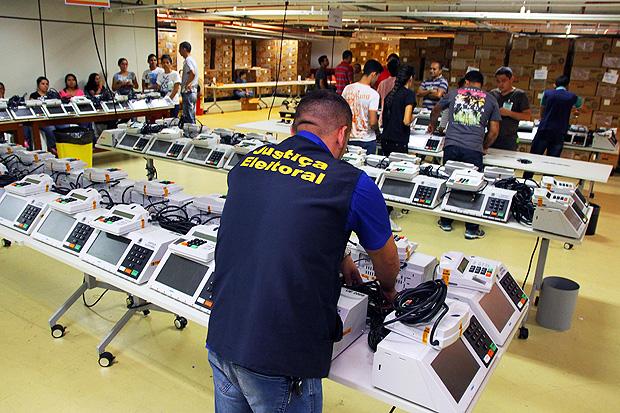 Prepara��o e coloca��o das urnas em caixas no dep�sito do Tribunal Regional Eleitoral do Amazonas para serem enviadas ao interior do Estado de barco e de avi�o para elei��o suplementar para o governo