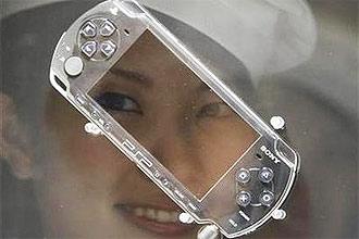 Modelo diante do reflexo de antigo videogame portátil PSP; empresa disponibiliza vídeo no YouTube, mas não confirma lançamento