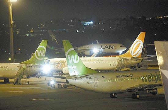 Aviões da Webjet e da Gol em Guarulhos (SP); Cade aprovou aquisição com restrições