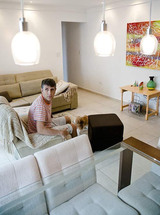 O dentista Marco Aurélio Chioro dos Reis comprou o apartamento, em Santos, já mobiliado