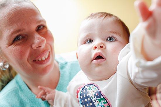 A massoterapeuta Daniella Bassanese, 40, com sua filha Manuela, de seis meses