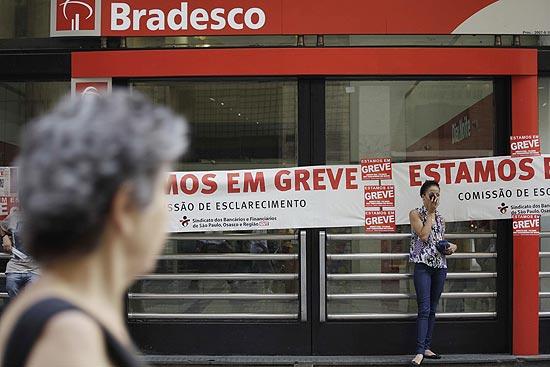 Agência bancária fechada no centro de SP; bancos orientam consumidor a procurar canais alternativos