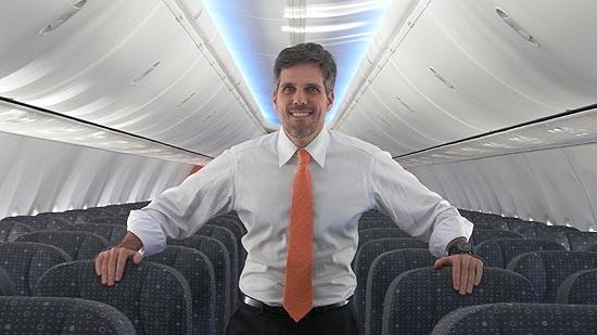 O presidente da Gol no interior de um 737-800 NG recém-saído da Boeing