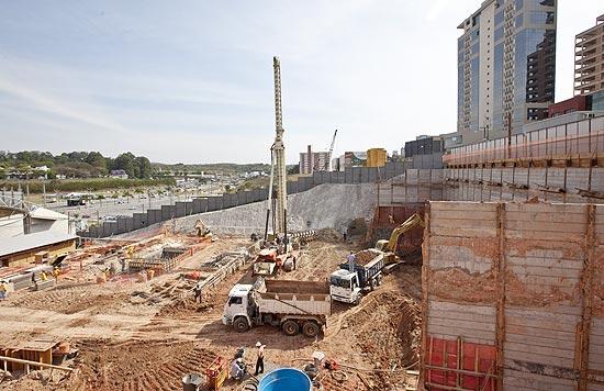 Empreendimento comercial em construção na região central de Alphaville, que será entregue em 2014
