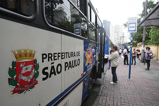 Ônibus em rua do bairro Santana, zona norte de São Paulo; cidade adiou reajuste da tarifa a pedido de Dilma