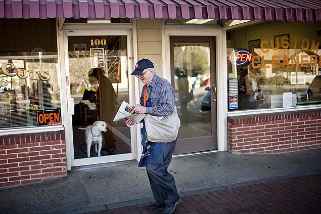 """Newt Wallace, 93, distribui o """"The Winters Express"""" na Califórnia; americano concorre ao título de entregador de jornais mais velho"""