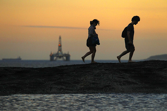 Plataforma da Petrobras flutua em frente à praia de Itacoatiara, em Niterói (RJ)