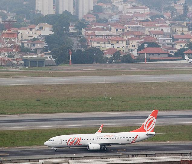 SAO PAULO, SP, BRASIL, 25-06-2012, 10h00: NEBLINA ATRASA VOOS. Aviao da GOL decola em Cogonhas as 11:07hs. Uma forte neblina que baixou sob a cidade de Sao Paulo atrasou todos os voos no Aeroporto de Congonhas na manha de hoje. (Foto: Apu Gomes/Folhapress, Cotidiano ) *** EXCLUSIVO***