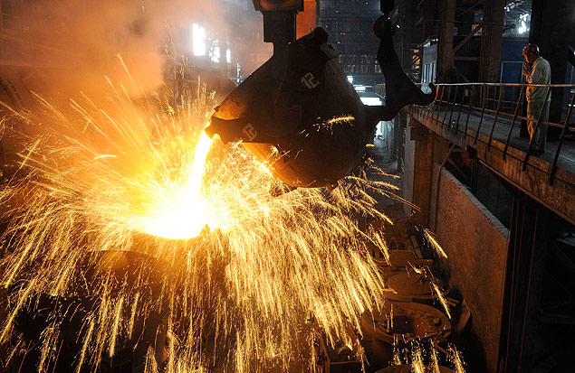 An employee monitors molten iron being poured into a container at a steel plant in Hefei, Anhui province September 9, 2013. China's average daily crude steel output stood almost unchanged at 2.119 million tonnes between Aug. 21-31, compared with 2.118 million tonnes between Aug. 11-20, data from the China Iron & Steel Association showed on Monday. REUTERS/Stringer (CHINA - Tags: BUSINESS COMMODITIES) ORG XMIT: PEK01