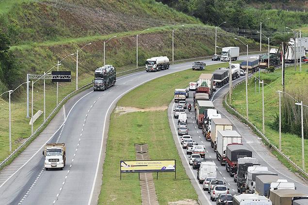 Caminhões na BR-381, em Betim (MG); caminhoneiros parados em Minas Gerais começaram a dispersar nesta quarta após ordem judicial