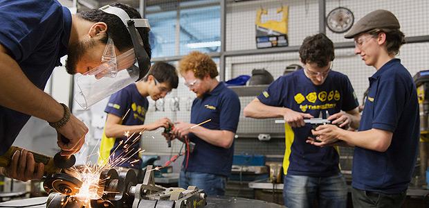 SÃO PAULO, SP, BRASIL, 19-11-2014: Time de robótica da Escola Politecnica da USP (Universidade de São Paulo), trabalha no laboratório utilizado pelo grupo para produção de robôs, no prédio de Engenharia Mecatrônica, em São Paulo (SP). (Foto: Lalo de Almeida/Folhapress, MERCADO) --- BRASIL-EDUCAÇÃO